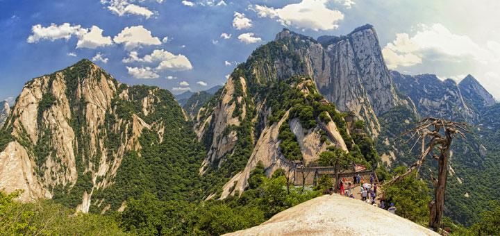 escaladez-le-sommet-vertigineux-du-mont-hua-en-vous-baladant-sur-des-planches-en-bois-au-dessus-du-vide1