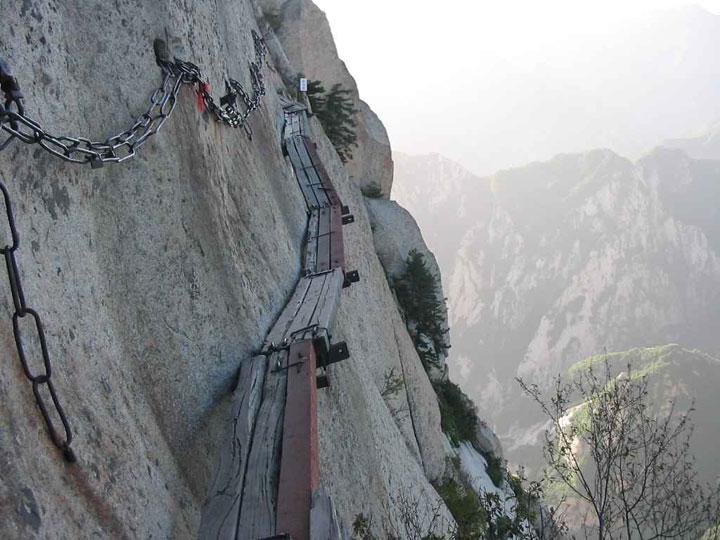 escaladez-le-sommet-vertigineux-du-mont-hua-en-vous-baladant-sur-des-planches-en-bois-au-dessus-du-vide3