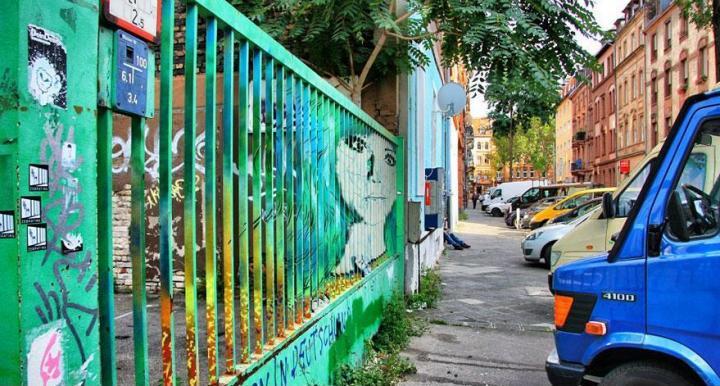 decouvrez-de-surprenantes-oeuvres-de-street-art-dissimulees-dans-les-rues-visibles-que-sous-un-certain-angle-02