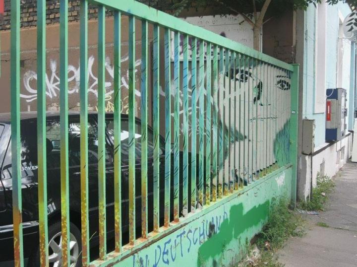 decouvrez-de-surprenantes-oeuvres-de-street-art-dissimulees-dans-les-rues-visibles-que-sous-un-certain-angle-04