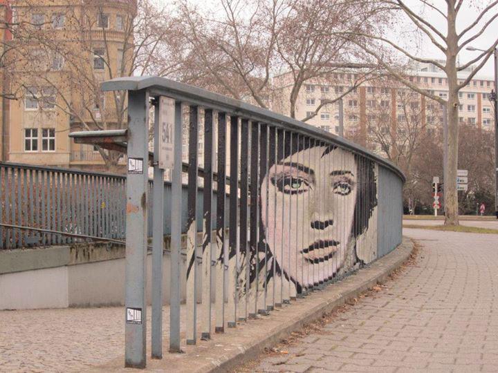 decouvrez-de-surprenantes-oeuvres-de-street-art-dissimulees-dans-les-rues-visibles-que-sous-un-certain-angle19