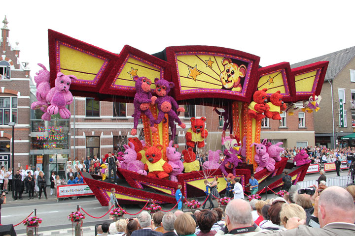 les-incroyables-sculptures-florales-realisees-pour-la-zundert-flower-parade-201324