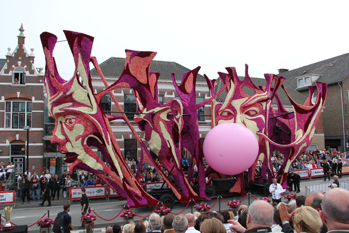 les-incroyables-sculptures-florales-realisees-pour-la-zundert-flower-parade-201326