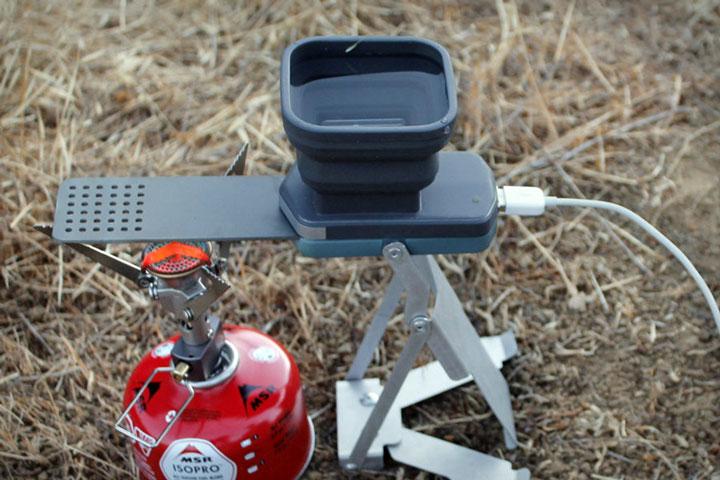 meme-perdu-en-pleine-nature-cet-appareil-revolutionnaire-vous-permettra-de-recharger-votre-telephone-avec-du-feu3