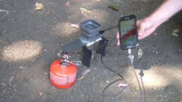 meme-perdu-en-pleine-nature-cet-appareil-revolutionnaire-vous-permettra-de-recharger-votre-telephone-avec-du-feu5
