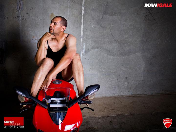 hilarant-des-hommes-ordinaires-posent-a-la-maniere-des-mannequins-des-revues-automobiles13