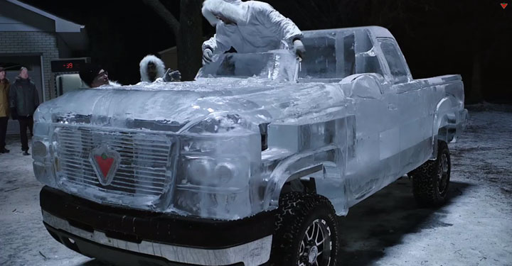 montez-a-bord-de-cette-incroyable-camionnette-construite-entierement-avec-de-la-glace5