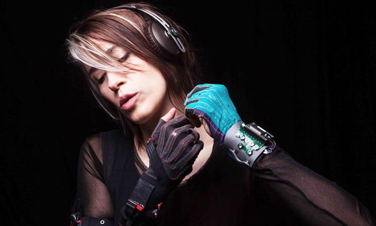 grace-a-ces-gants-connectes-composez-de-la-musique-dun-simple-mouvement-de-vos-mains-une