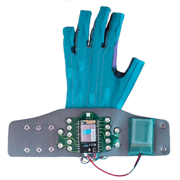 mi-mu-la-paire-de-gants-connectes-qui-vous-fera-jouer-de-la-musique-en-bougeant-les-mains2