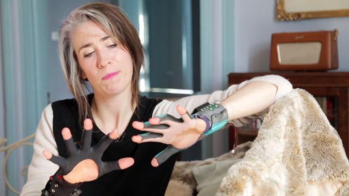 mi-mu-la-paire-de-gants-connectes-qui-vous-fera-jouer-de-la-musique-en-bougeant-les-mains3