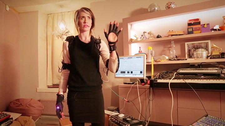 mi-mu-la-paire-de-gants-connectes-qui-vous-fera-jouer-de-la-musique-en-bougeant-les-mains4