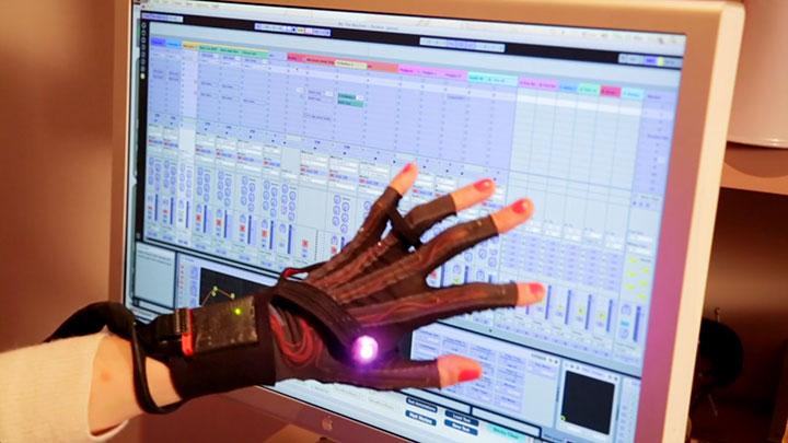mi-mu-la-paire-de-gants-connectes-qui-vous-fera-jouer-de-la-musique-en-bougeant-les-mains6