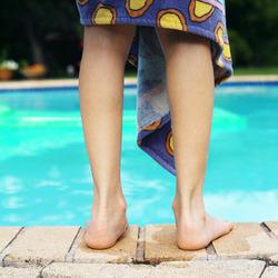 enfant_bord_piscine-medium-1950501