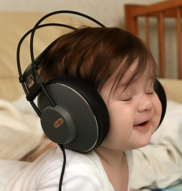 bebe-qui-ecoute-de-la-musique-baby-musik-zu-horen